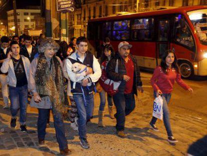 Chilenos caminham para zonas mais elevadas da cidade de Valparaíso devido ao alerta de tsunami.