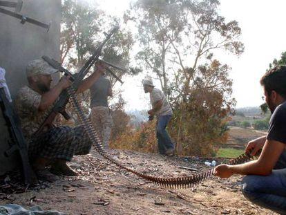 Milicianos na batalha pelo controle do aeroporto.