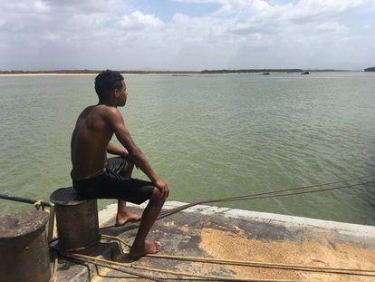 Jovem venezuelano olha para o Rio Branco, em Boa Vista, Brasil.