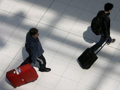 Dois passageiros chegam ao aeroporto de Havana.