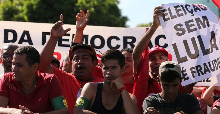Apoiadores do ex-presidente Lula se manifestam em Porto Alegre, na última quarta-feira.