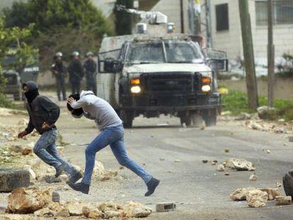 Manifestantes palestinos enfrentam soldados israelenses.