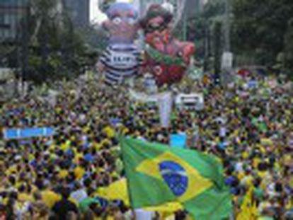 Cerca de três milhões de pessoas foram às ruas neste domingo pedir a saída da presidenta e a prisão de Lula. Políticos da oposição foram vaiados, e lideranças cravam data para saída da mandatária