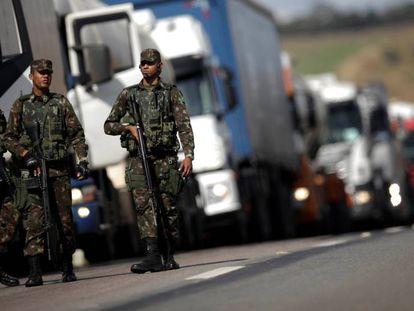 Militares escoltam comboio de caminhões em Luziânia (GO).