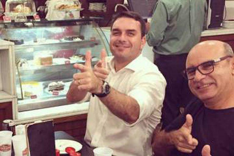 Flávio Bolsonaro (à esq.) e Fabrício Queiroz