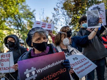 Ativistas protestam nesta quinta-feira em frente ao Tribunal Constitucional polonês, em Varsóvia, contra a restrição do acesso ao aborto.