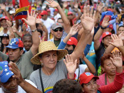 Partidários de Maduro expressam apoio ao presidente venezuelano.