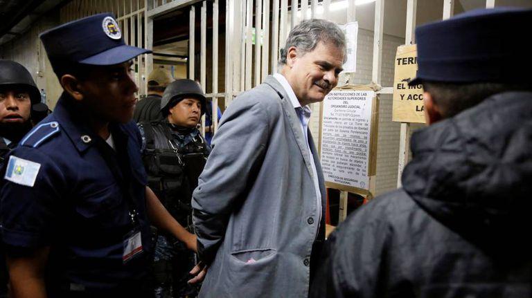Juan Alberto Fuentes, presidente da Oxfam Internacional, chega a um tribunal da Guatemala, nesta terça-feira.