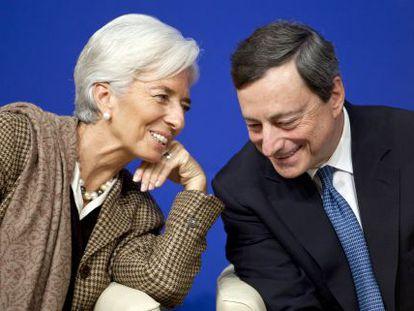Christine Lagarde conversa com Mario Draghi.