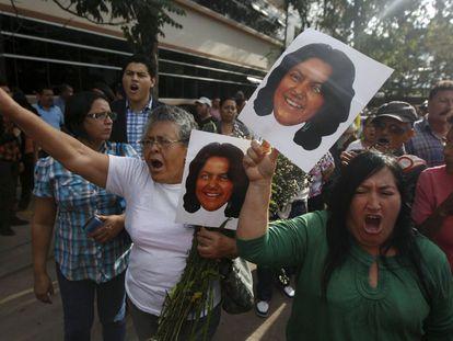 Marcha em protesto pelo assassinato de Berta Cáceres, na quinta-feira, em Honduras.