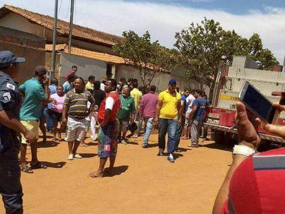 Moradores em frente à creche onde ocorreu o ataque, em Janaúba, no norte de Minas.