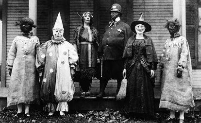 Um grupo de pessoas fantasiadas, em uma imagem sem data.