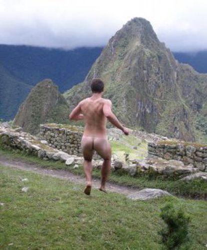 Imagem retirada da conta do Facebook chamada 'Naked in Monuments'.