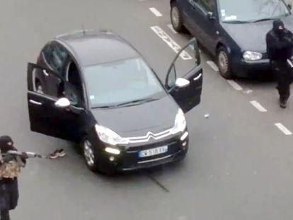 Os irmãos Kouachi atiram em um policial antes de entrar na redação do 'Charlie Hebdo' em 7 de janeiro de 2015, em Paris. JORDI MIR / AFP