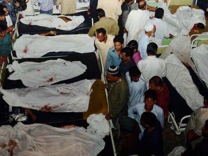Familiares dos falecidos reconhecem os corpos em Wagah.