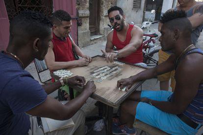 Cubanos jogam dominó em uma rua do centro de Havana, nesta semana.