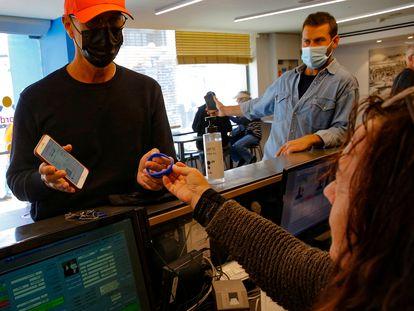 Um homem mostra o código que comprova sua vacinação, numa academia de Israel.