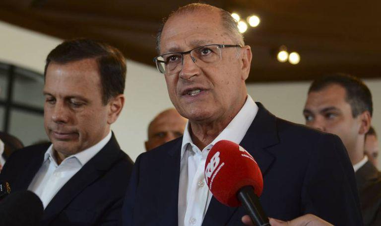 Geraldo Alckmin e o prefeito de São Paulo João Doria (à esq.)