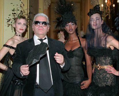 Karl Lagerfeld, com Nadja Auermann e Naomi Campbell.