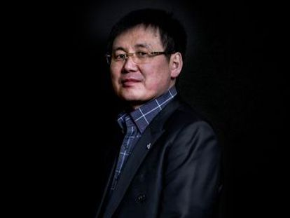 Com contrabando e drones, Jung Gwang-il consegue infiltrar micro cartões de memória para furar o bloqueio de informações