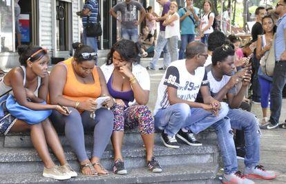 Usuários de WiFi público na avenida 23 de Havana.