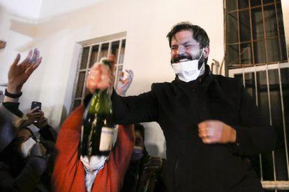 O presidenciável de esquerda Gabriel Boric comemora sua vitória nas primárias deste domingo, em Santiago.
