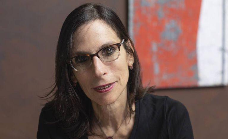 A historiadora e antropóloga Lilia Schwarzc, em seu escritório.