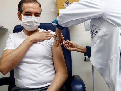Voluntário recebe em São Paulo a vacina desenvolvida pela empresa chinesa Sinovac.