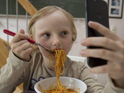 Assistir desenhos no celular ao comer é prática cada vez mais comum entre crianças
