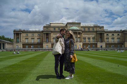 Visitantes nos jardins de Buckingham neste verão boreal.