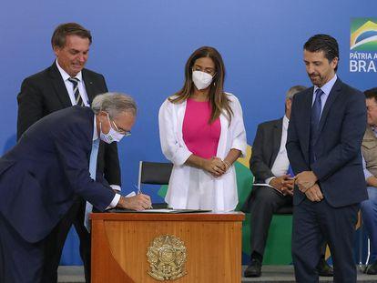 Paulo Guedes assina Decreto da Cédula de Produto Rural Verde durante cerimônia par marcar os 1000 dias do Governo Bolsonaro, em 1º de outubro.