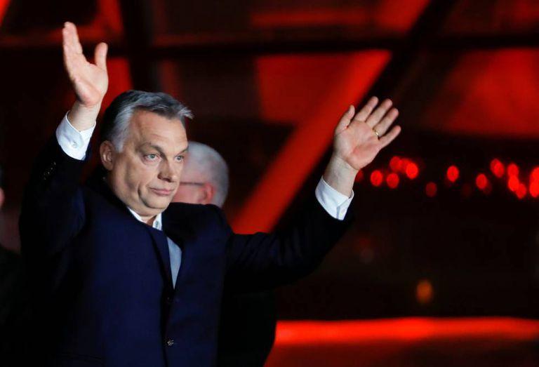 Viktor Orbán se dirige aos seguidores neste domingo, após se proclamar vencedor nas eleições da Hungria