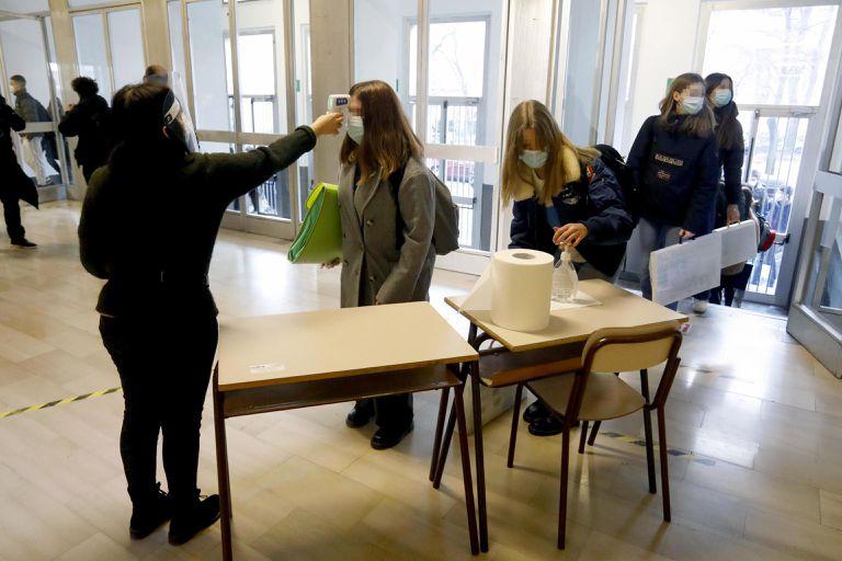 Estudantes de ensino médio passam por monitoramento de temperatura na volta às aulas em Milão, nesta segunda-feira.
