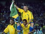 Ronaldo e Vampeta comemoram a conquista do pentacampeonato.