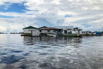 Uma aldeia nas margens do rio Amazonas entre a aldeia de Punã e a cidade de Tefé.
