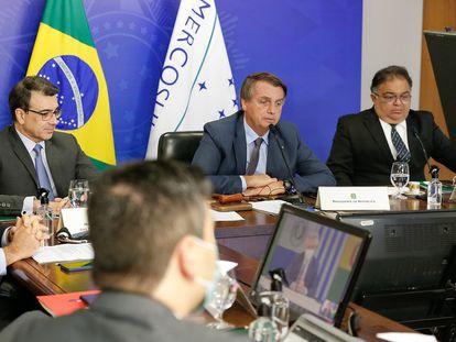 O presidente Jair Bolsonaro durante a cúpula virtual do Mercosul, nesta quinta. Ao seu lado estão o chanceler Carlos França e o secretário de Assuntos Estratégicos, Flávio Rocha.