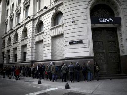 O risco de que a Argentina volte a interromper os pagamentos reavivou o fantasma do  corralito  (confisco de depósitos bancários)