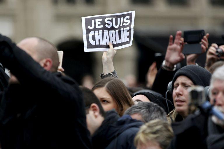 """""""Eu sou Charlie"""", diz um cartaz erguido durante uma cerimônia em homenagem às vítimas dos atentados de janeiro de 2015."""