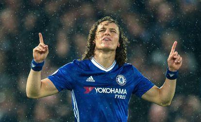 David Luiz celebra o gol marcado em Anfield.