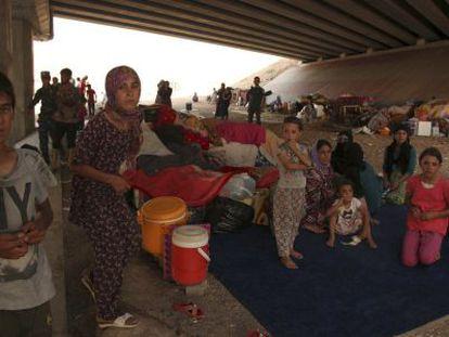 Refugiados yazidis, sob uma ponte em Dohuk, no Curdistão.