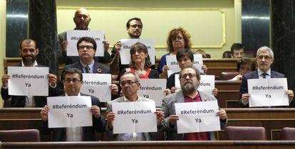 Deputados da Izquierda Plural pedem um referendo durante a votação.