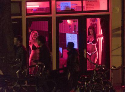 Duas mulheres em uma vitrine no bairro da luz vermelha de Amsterdã em 2015.