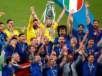 Jogadores da Itália celebram a vitória contra a Inglaterra na Eurocopa, após vitória por 3 a 2 nos pênaltis, neste domingo, 11 de julho, no estádio de Wembley.