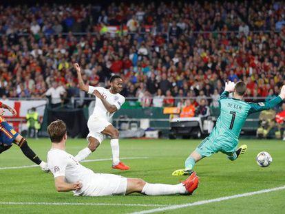 Momento em que Sterling marcou o terceiro gol inglês em Sevilha.