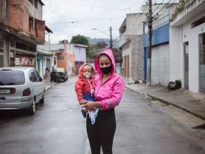 Vitória Pereira e o filho Arthur, de 9 meses, enquanto aguardam a marmita.