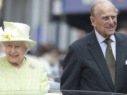 Elizabeth II e Philip de Edimburgo, andando pelas ruas de Londres