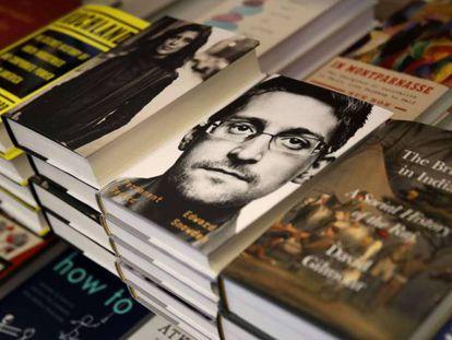 Edward Snowden, retratado na capa de seu livro.
