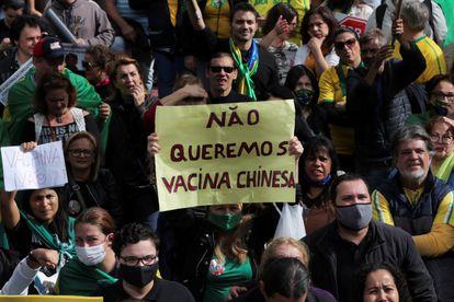 Um homem levanta cartaz contra a vacina Coronavac, do laboratório chinês Sinovac, durante manifestação em São Paulo.