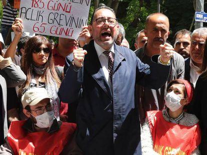 O presidente do grupo socialdemocrata do Parlamento Europeu, Gianni Pittella (centro), durante um ato de solidariedade com Semih Özakça e Nuriye Gülmen (com máscaras).