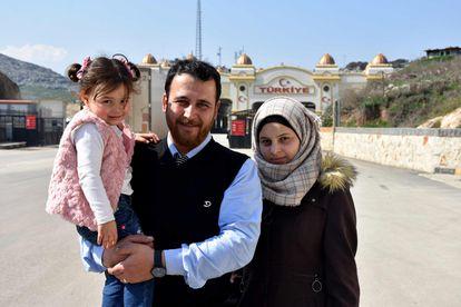 Abdalla Mohamed, com a mulher e a filha, na passagem fronteiriça de Cilvegozu, em Idlib, em fevereiro.